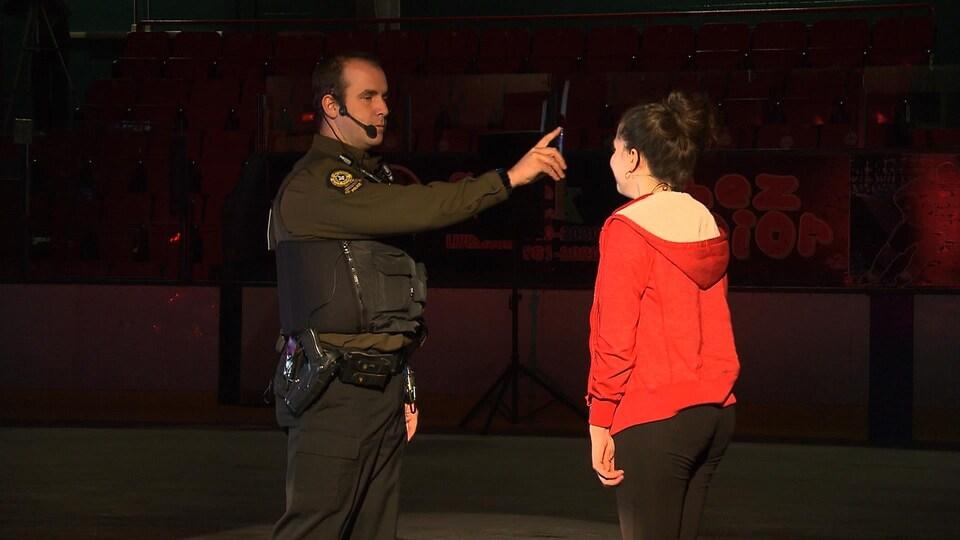 Le policier procède à un test de concentration pour tenter de déterminer si la jeune conductrice a consommé de la drogue avant de conduire sa voiture.