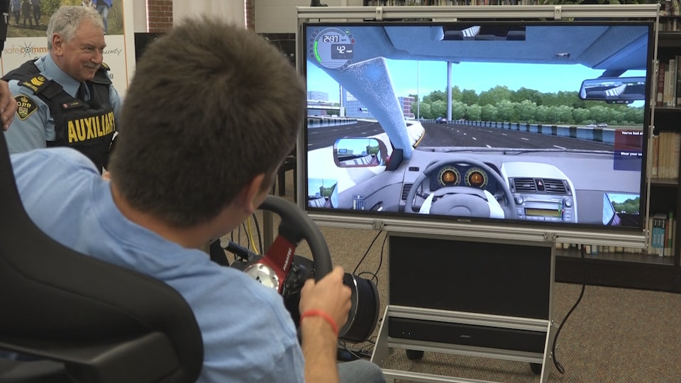 Un jeune au volant d'un jeu vidéo simulant la conduite inattentive.