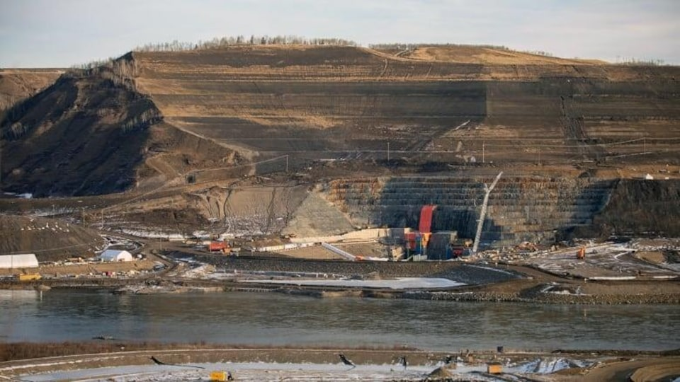 Plan éloigné d'un chantier de construction, près d'une rivière.