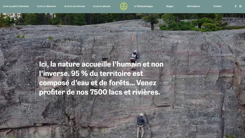 Une capture d'écran d'un site web avec une photo où gens des font de l'escalade.
