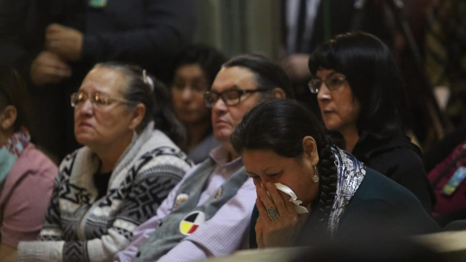 Une centaine de personnes étaient réunis lors des excuses du gouvernement de Scott Moe aux victimes de la rafle des années 60 au Palais législatif.