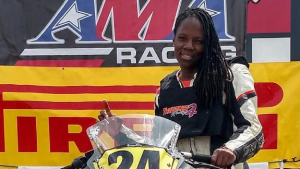 La cascadeuse SJ Harris sur sa moto