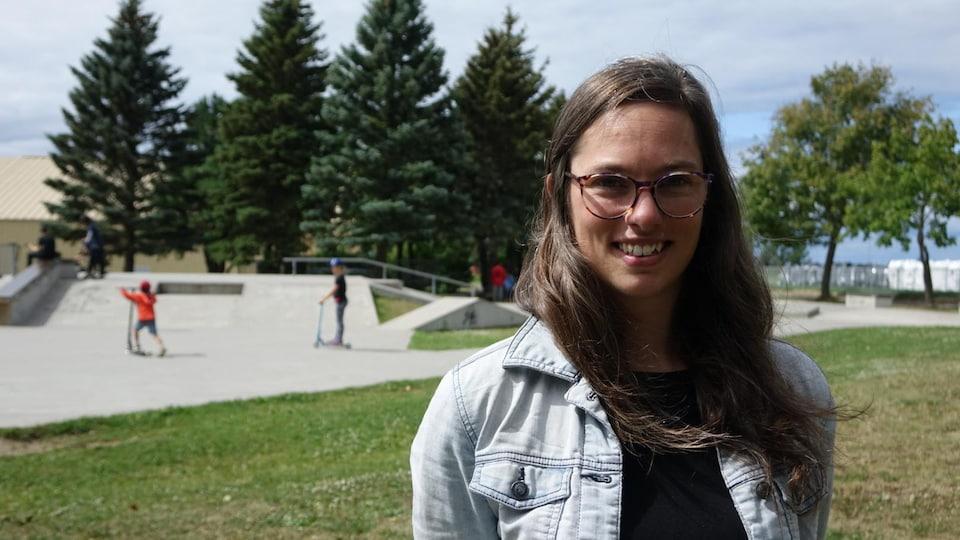 Sophie Bérubé devant le skate park de Rimouski.