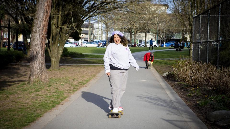 Une femme sur une planche à roulettes.