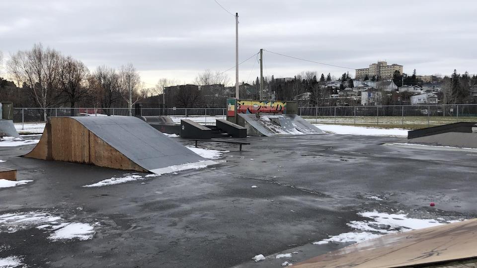 Un parc de planche à roulettes avec de la neige.