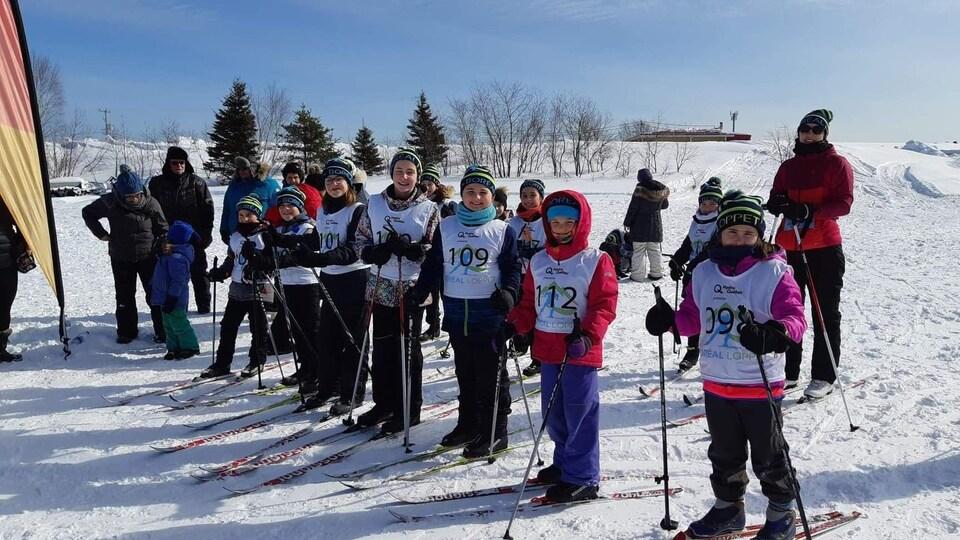 Des jeunes avec leurs skis et leur dossard du Boréal Loppet.