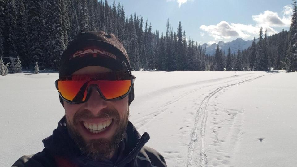 Trevor Norgan dans un sentier de ski de fond.