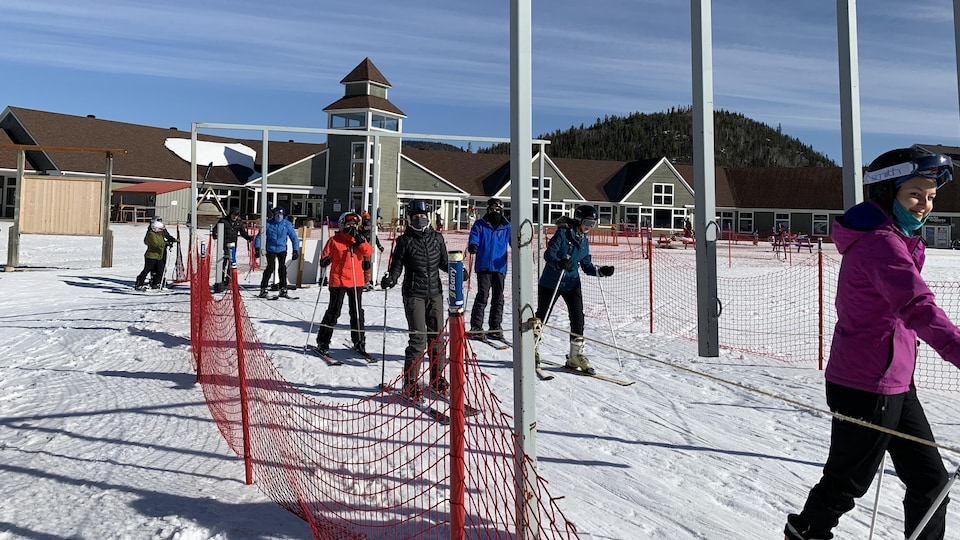 Des skieurs qui attendent pour prendre le télésiège.