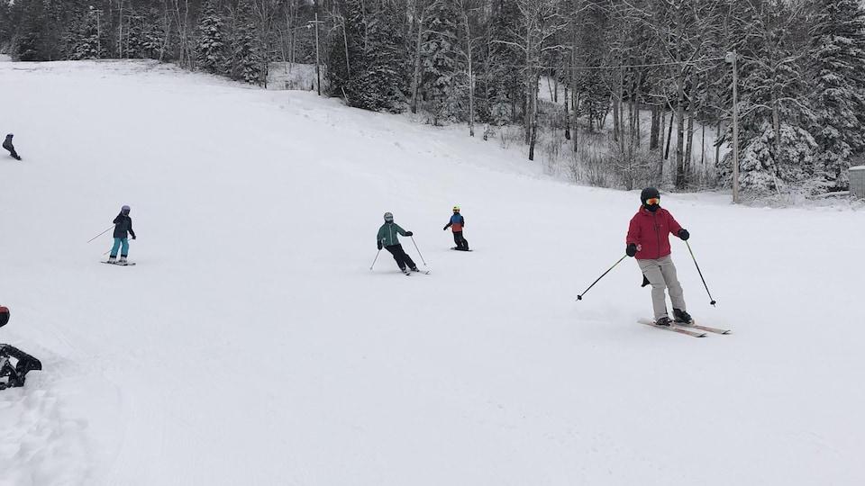 Des skieurs sur les pistes de ski