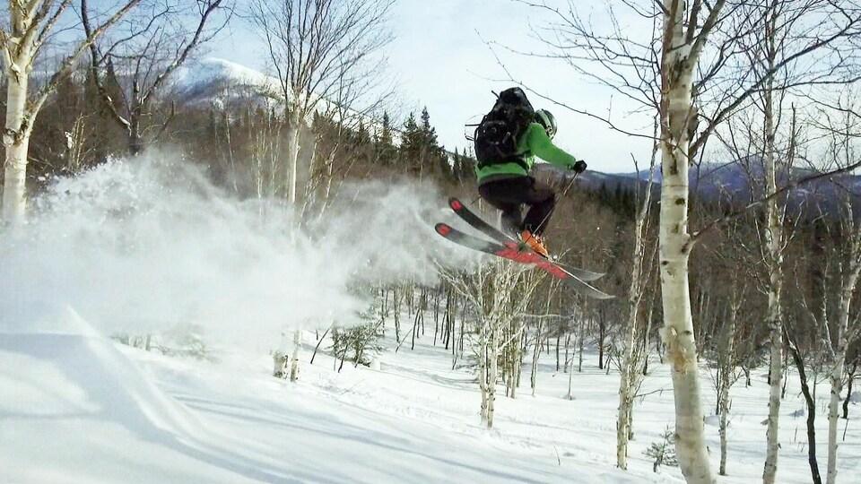 Un skieur hors-piste en Gaspésie