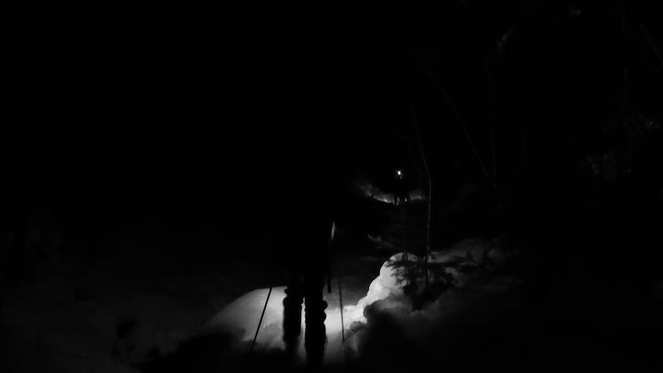 Skieur dans un sentier de randonnée