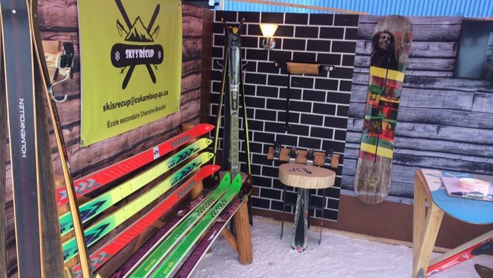 Un banc, une oeuvre d'art, une patère et une table faits à partir de skis et planches à neige recyclés