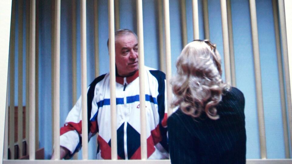 Image prise d'un moniteur vidéo montrant Sergueï Skripal avec son avocate en discussion.