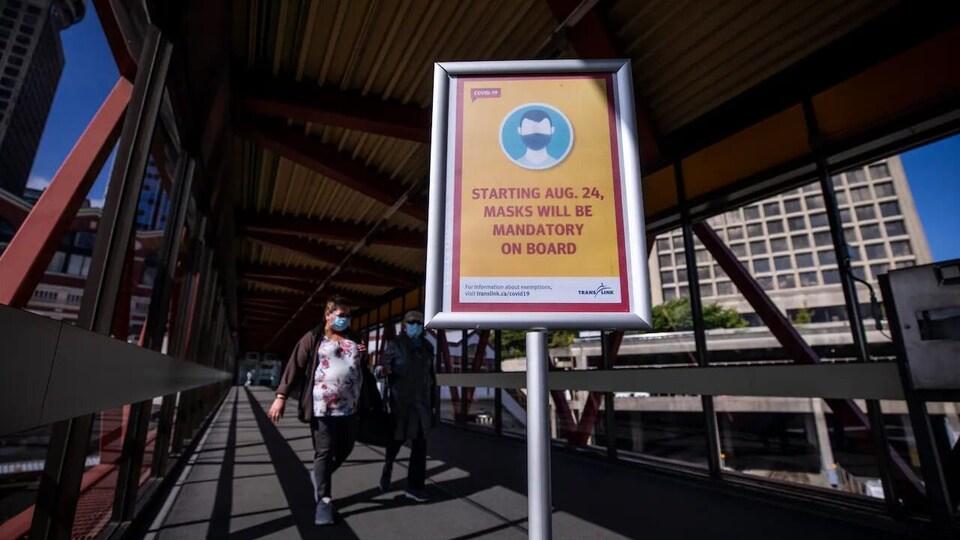 Un panneau sur le quai d'une station de SkyTrain.