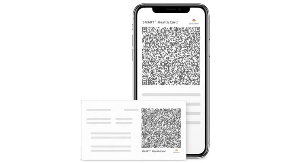 Un téléphone avec un code QR. Devant lui, un papier avec un code QR.