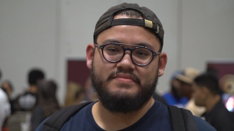 Le visage d'un jeune homme avec une barbe.