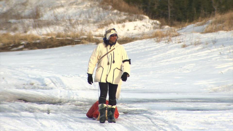 Le Dr Stanley Vollant lors de sa marche, en hiver.