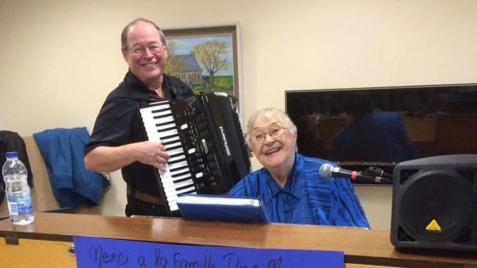 Soeur Edna lors de l'un de ses concerts de piano offert au pavillon Argyll. Elle est accompagné d'un joueur d'accordéon.
