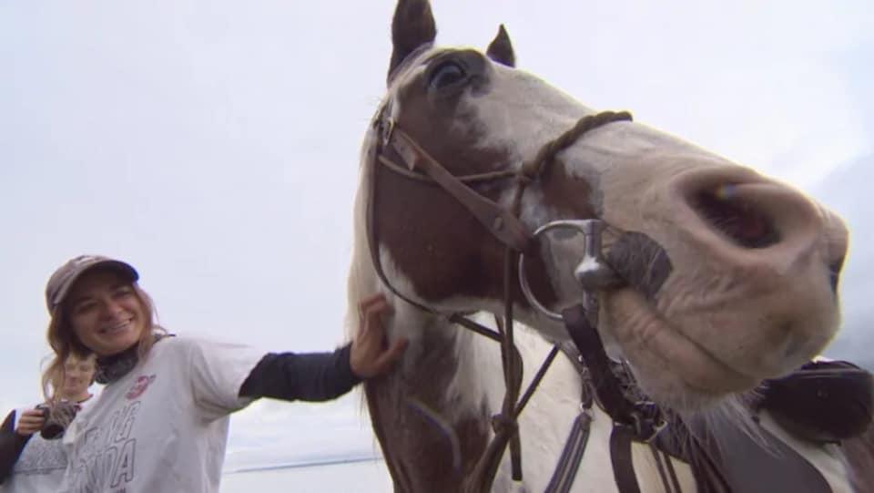 Une fille et son cheval.