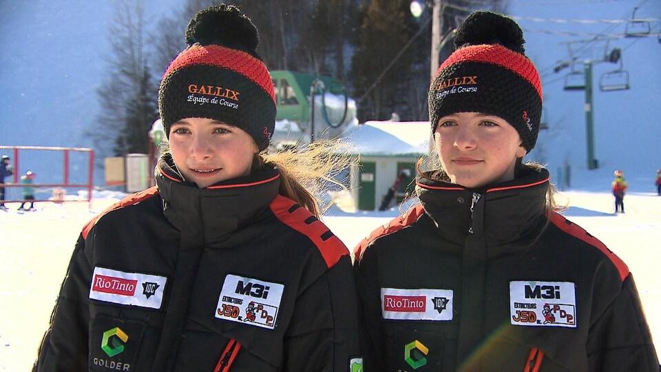 Deux soeurs jumelles habillées de leurs habits officiels du club de Gallix.