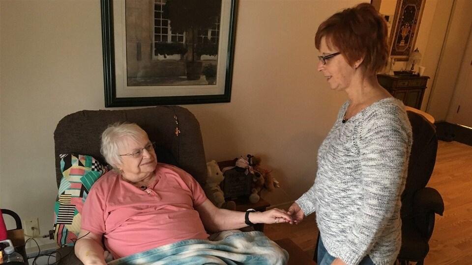 Malgré son manque d'autonomie, Joan Michaud a choisi de vieillir à la maison. Un désir rendu possible grâce au soutien d'auxiliaires comme Joan Levesque.