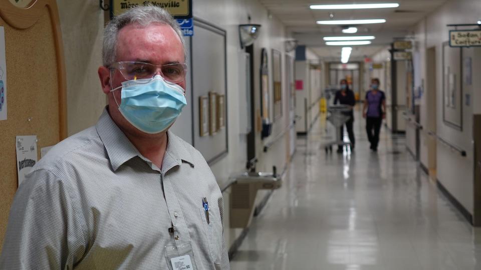 un intervenant en soins spirituels dans le corridor d'un chsld.