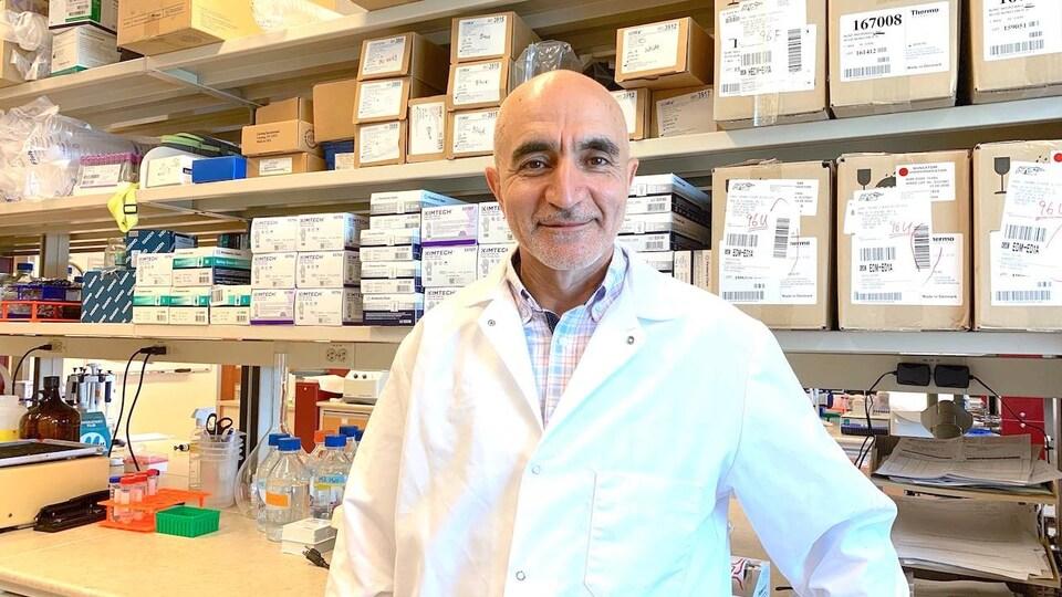 Le professeur agrégé Sokkrollah Elahi dans son laboratoire à l'Université de l'Alberta,