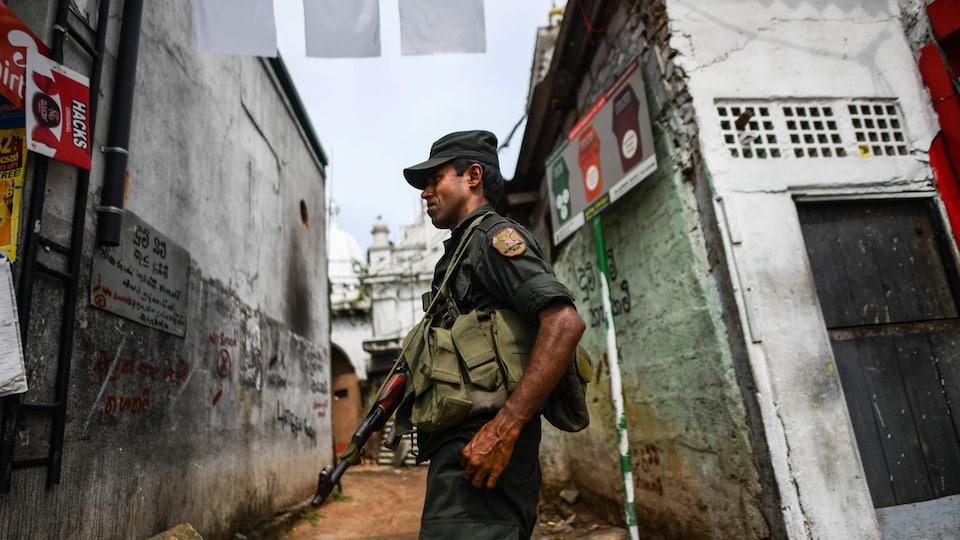 Un soldat armé surveille un lieu de prière à Colombo, au Sri Lanka.