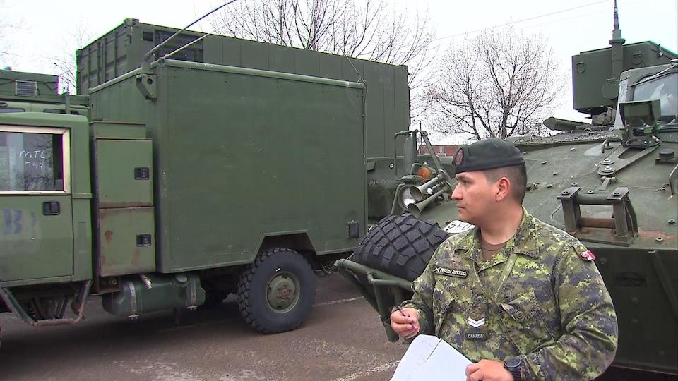 Un soldat des Forces armées canadiennes appelées à la rescousse en prévision des inondations.