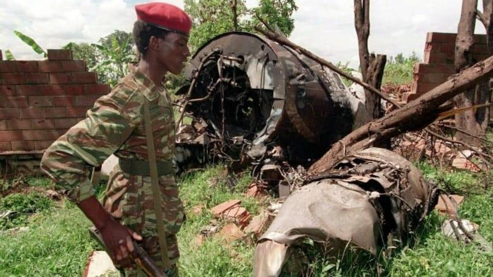 Un soldat tutsi près des restes de l'avion du président, en mai 1994.