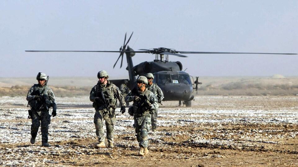 Des soldats devant un hélicoptère