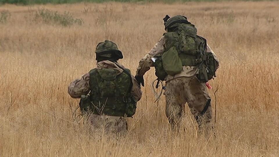 Deux soldats dans un champ.