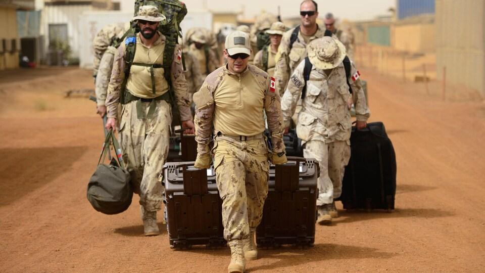 Des soldats canadiens arrivent au Mali pour se préparer à l'arrivée de huit hélicoptères promis pour la mission onusienne.