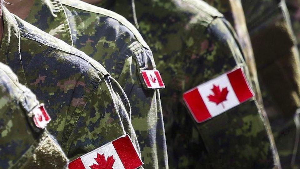 Des soldats canadiens en uniformes de combat.