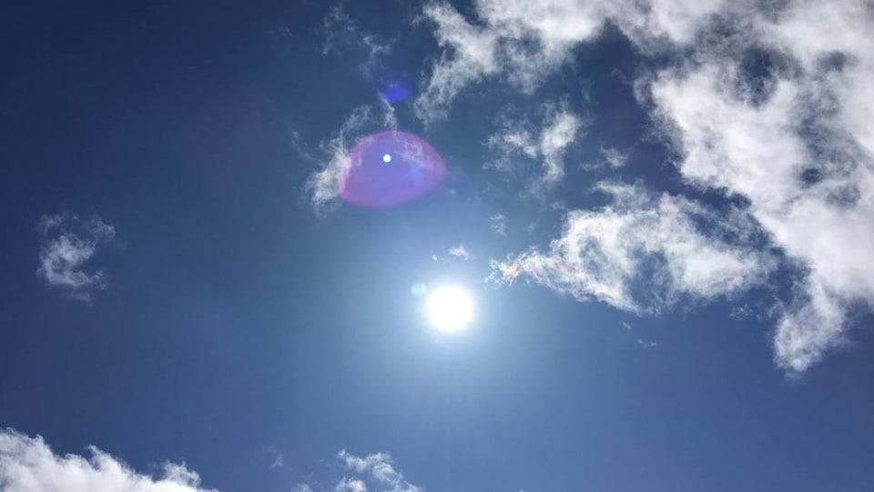 Un soleil dans un ciel bleu.