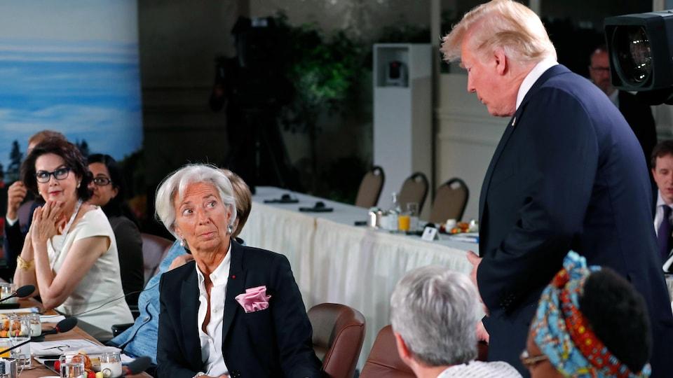 Donald Trump  provoque un certain malaise en arrivant avec quelques minutes de retard à une rencontre sur l'égalité des sexes. Il s'assoit sous le regard étonné de Christine Lagarde, directrice générale du Fonds monétaire international.