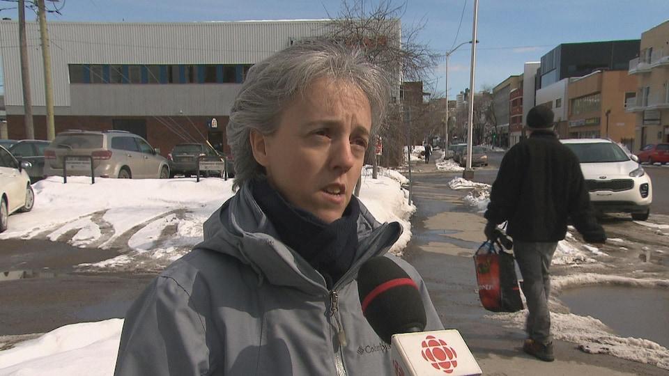 La coordonnatrice de Loge m'entraide, Sonia Côté, accorde une entrevue à une équipe de Radio-Canada.