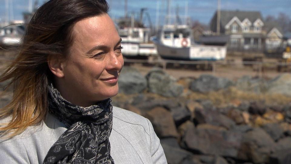 Sonia Dubé accorde une entrevue à Radio-Canada au quai.