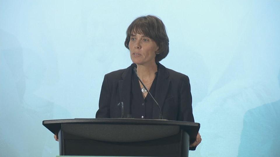 La nouvelle cheffe du Parti vert de la Colombie-Britannique, Sonia Furstenau devant un microphone.