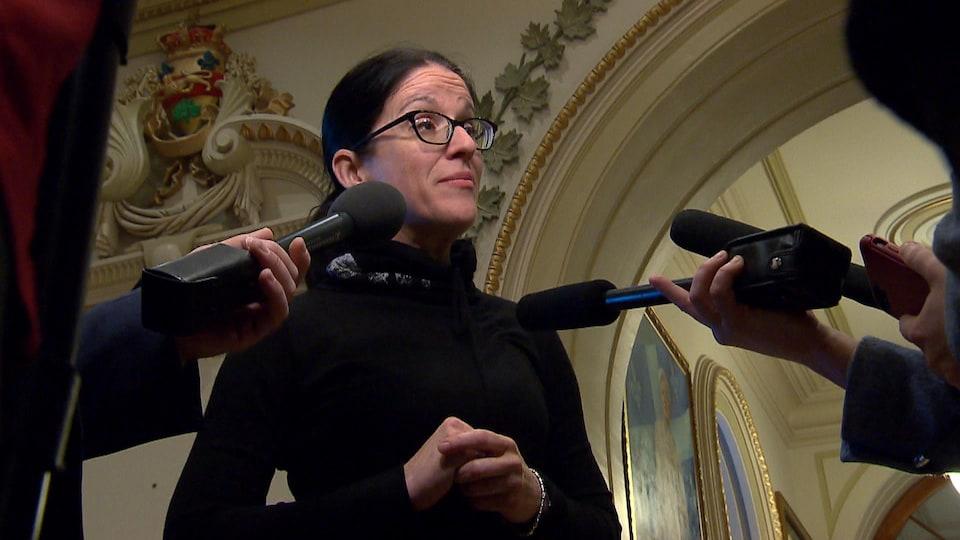 Sonia LeBel répond aux questions des journalistes lors d'une mêlée de presse à l'Assemblée nationale.