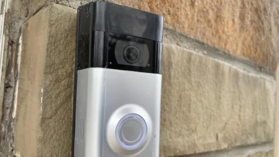 Une sonnette assortie d'une caméra.
