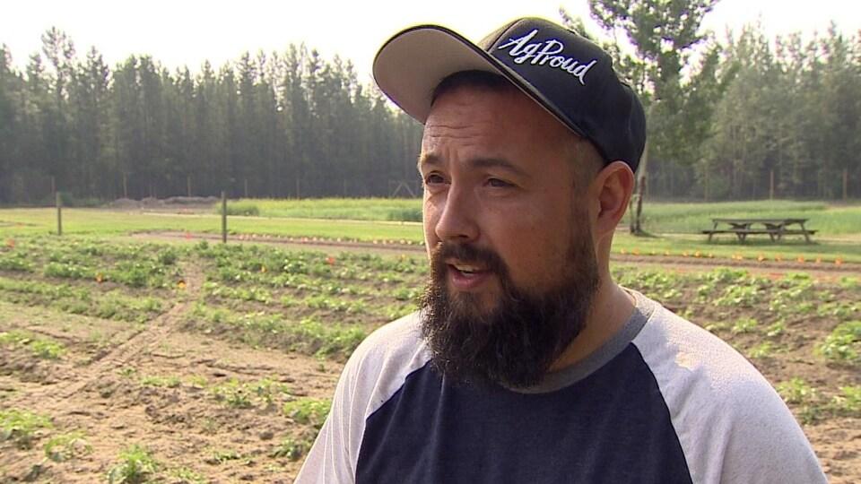 Sonny Gray debout à l'extérieur sur les terres sur une ferme.