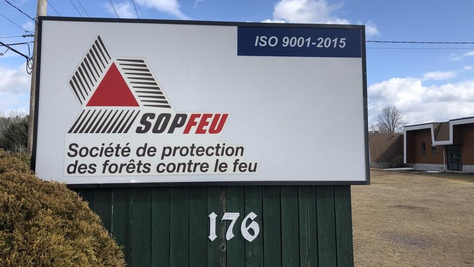 Un panneau indiquant Société de protection des forêts contre le feu.