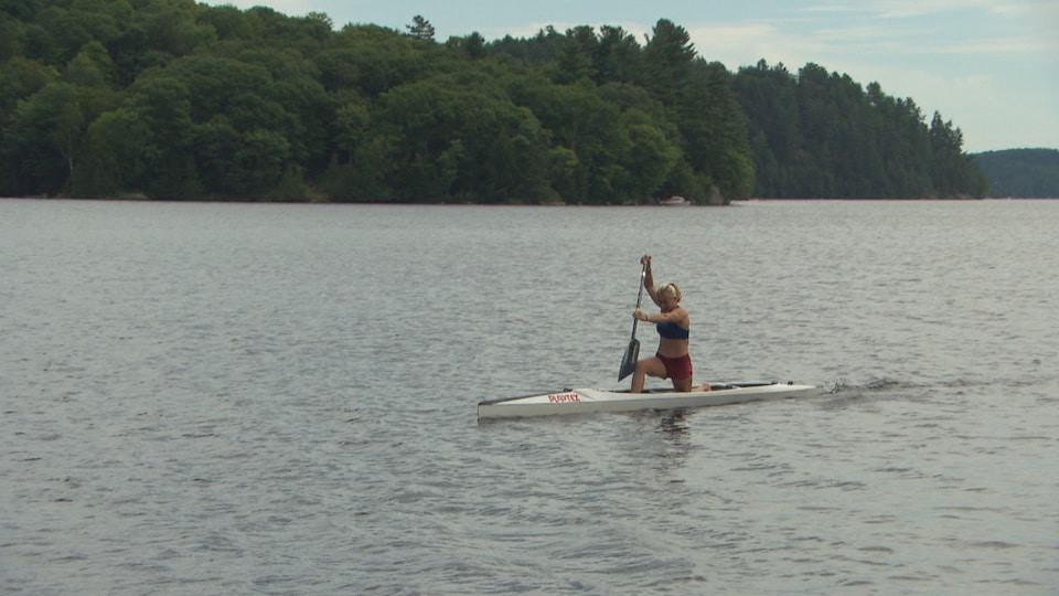 Sophia Jense dans son canoë sur un lac.