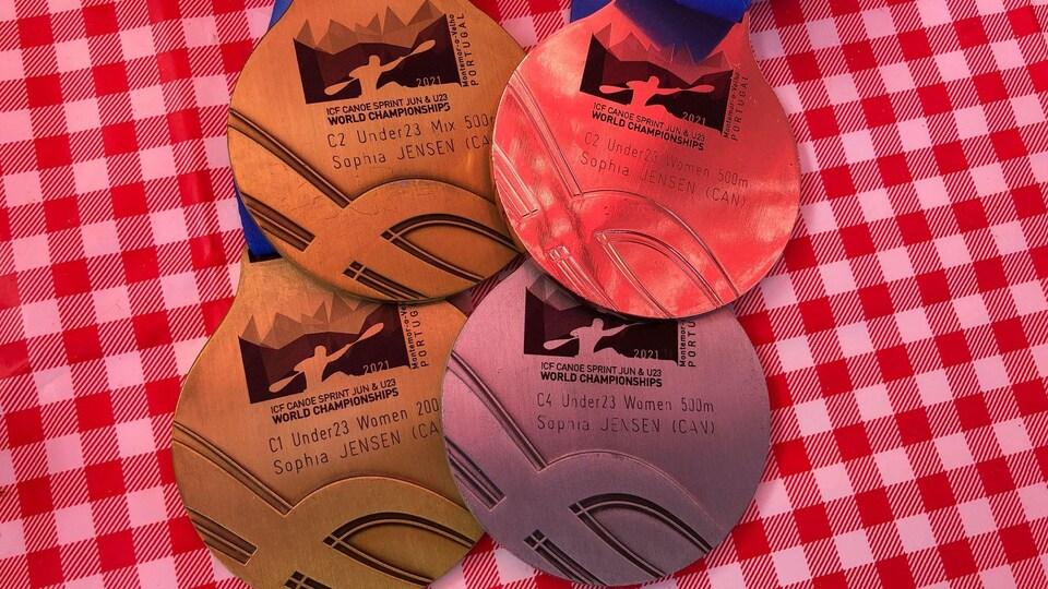 Les médailles de Sophia Jensen posées sur une table.