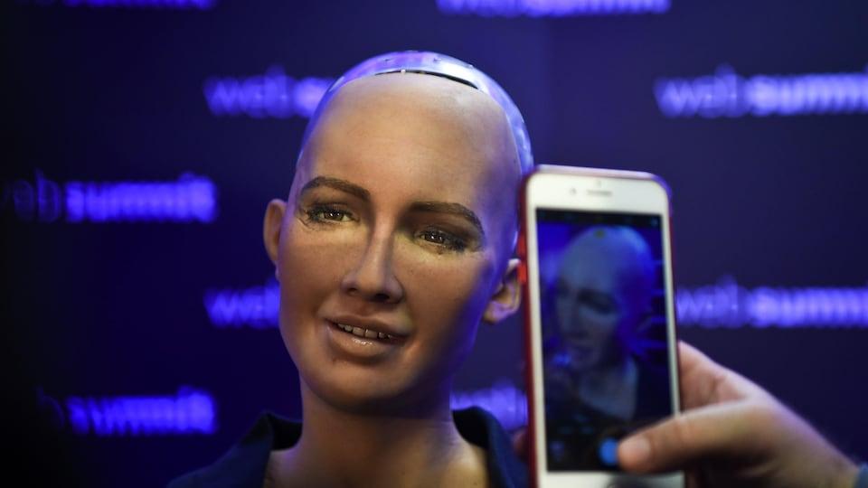 Le robot-androïde Sophia a l'apparence d'une  femme mais sans cheveux.