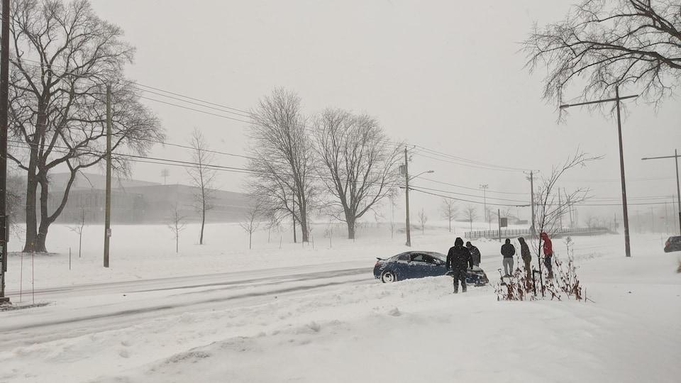 Une sortie de route a eu lieu devant l'Université Laval, dimanche matin.