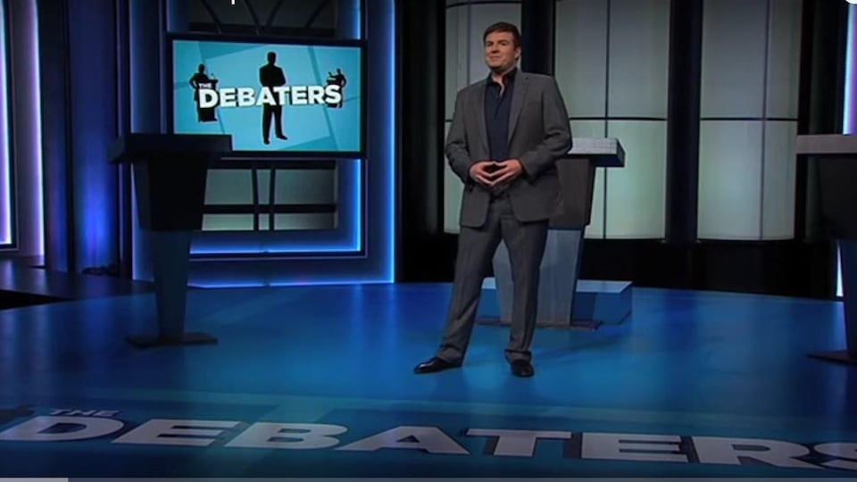 On voit Steve Patterson, l'animateur de The Debaters à CBC