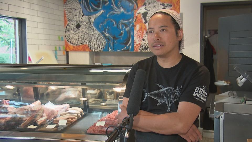 Sothea Deng accorde une entrevue à Radio-Canada à l'intérieur de sa boucherie.