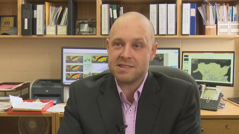 Michel Soucy en entrevue dans son bureau